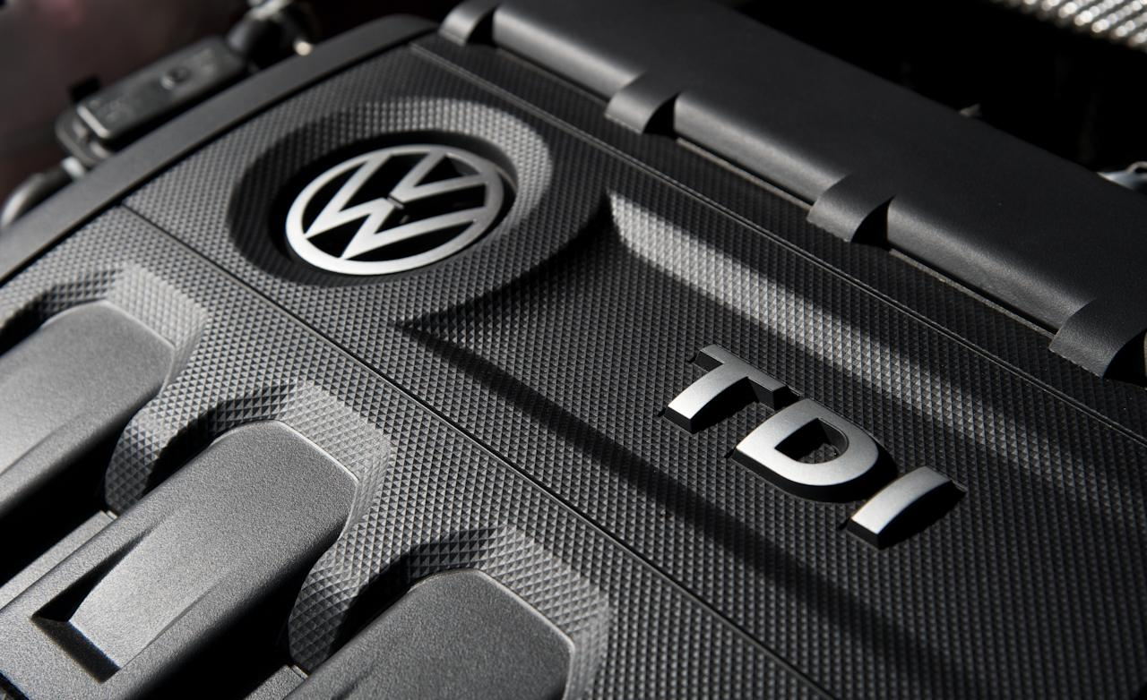 2014-volkswagen-golf-gtd-engine-cover-badges-photo-523760-s-1280x782