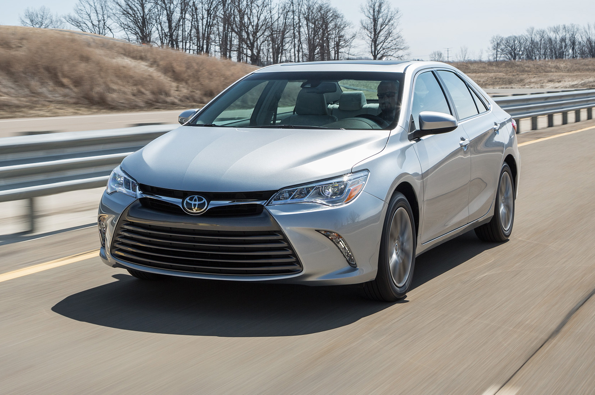 Facelift Cars - 2015 Toyota Camry XLE front-side-motion-view